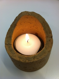 ... mit brennender Kerze!