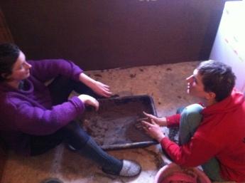 Besprechung während des lehmzerbröselns