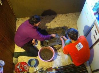 Herstellung des Putzes: Lehm, Gesteinsmehl, Wasser