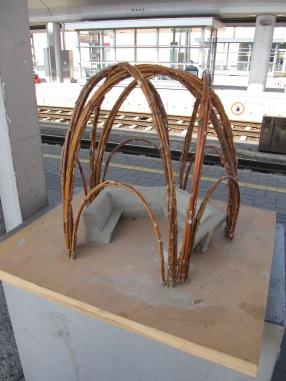 """Aude und Sebastian haben diese Modell vor einem Jahr in Frankreich gebaut -inspiriert vom gemeinsamen Bauen an der Weidenstruktur """"Physalis"""" von Marcel Kalberer und seinem Team sanftestrukturen.de https://lehm-erleben.org/2013/09/26/physalis/ gemeinsam wollen wir das nun in Vöcklabruck bauen"""