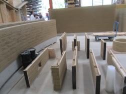 8cm starke Stampflehmelemente, werden vor eine tragende Mauer vorgeblendet