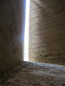 82cm dicke tragende Außenmauer aus Stampflehm