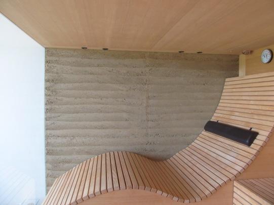 Stampflehmwand in der Sauna