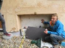 der wedas ist die händisch aufgebrachte 10-15cm dicke Kalk-Hanf-Isolierung die sich am Mauerwerk von 1926 festhält und durch verreiben eine homogene Platte bildet. An der Oberfläche härtet sie schnell aus aber der Rest benötigt ca. 10 Jahre zu abbinden, genau das richtige für so ein altes Gemäuer