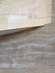 MR 93, bedeutet wohl Martin Rauch 1993, eines seiner ersten großen Stampflehmprojekte und gleichzeitig seine Diplomarbeit. Nach diesem Projekt, war auch das Vertrauen gestärkt noch größere Bauvorhaben in Stampflehm zu realisieren