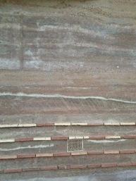 Lehm ist nicht nur braun, sondern auch weiß, gelb, rot oder auch schwarz und erinnert an eine tropische Landschaft in einer fernen Oase