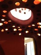 um die Decke leichter zu machen wurde die Technik verwendet, getöpferte Vasen für die Kuppel zu verwenden, die gleichzeitig als Lampenschirm fungieren