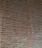 Zwischenwände werden mit einer Holzhäcksel-Lehmmischung befüllt, und von Schilmatten zusammengehalten, welche anschließend verputzt werden